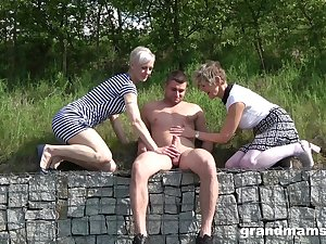 Lucky dude talked two babes into playing with his bushwa outdoors
