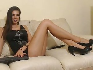 This tall webcam model is one statuesque beauty who masturbates on cam