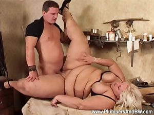 Man deep fucks rub-down the chubby aunt with the addition of cums on her confidential