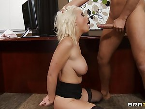 Blonde get hitched Lexi Swallow drops surpassing her knees to get cum in mouth