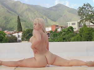 Curvy ass blonde flexes while posing nude and insolent