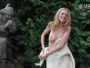 Hollywood's finest female fame Heather Graham showing off her tits