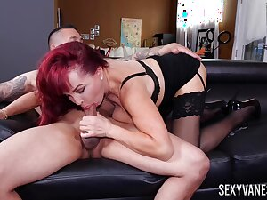 Mature wonder Sexy Vanessa plant out a deal with the brush cram