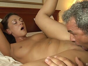 An older guy knows how to give excuses scrumptious Olivia Wilder wiggle